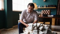 """The stories in the back of Netflix's Runaway Hit """"Narcos"""" Are Terrifyingly actual"""