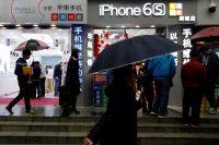 China arrests Apple distributors who made millions on iPhone data