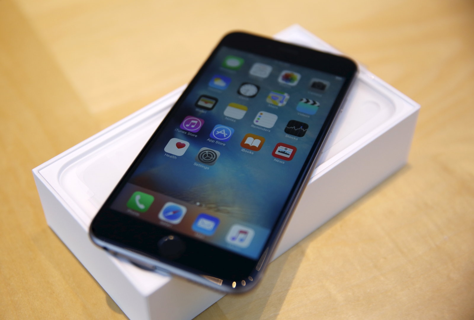 Apple says slower performance of older iPhones is intentional | DeviceDaily.com
