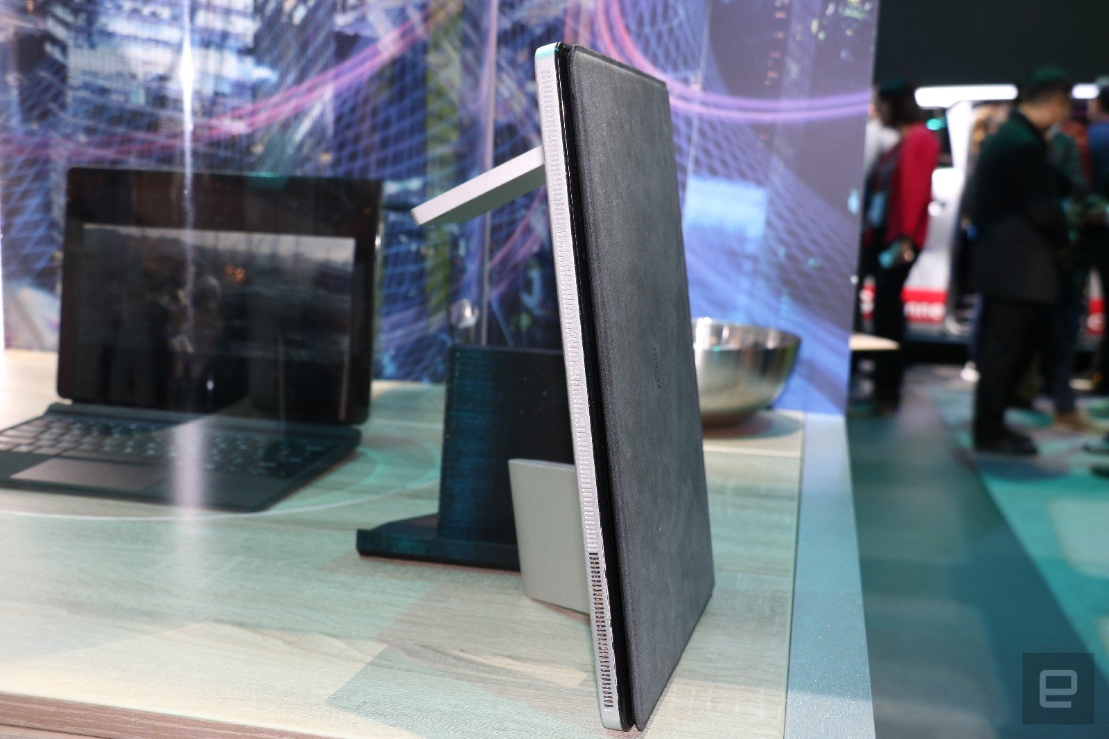 Intel's PC concept 'hides' a 5G antenna in a plump kickstand | DeviceDaily.com
