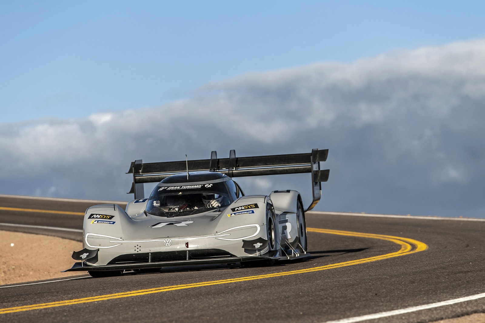 VW electric racer smashes Pikes Peak's overall record | DeviceDaily.com