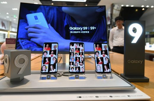 Samsung looks to foldable OLEDs as phone sales slow down