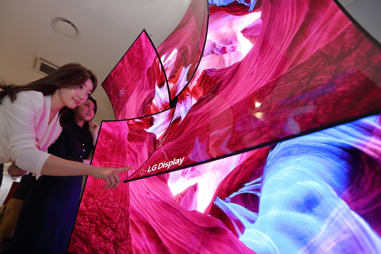 LG Display unveils an 88-inch 8K OLED screen with built-in sound | DeviceDaily.com