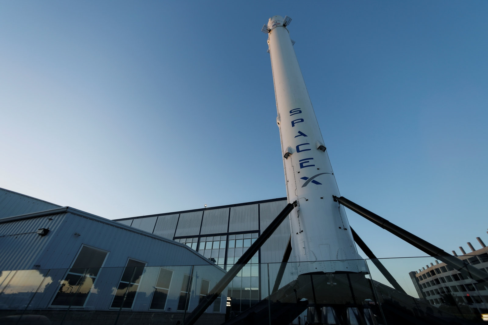 SpaceX will lay off 10 percent of its staff to fund projects | DeviceDaily.com