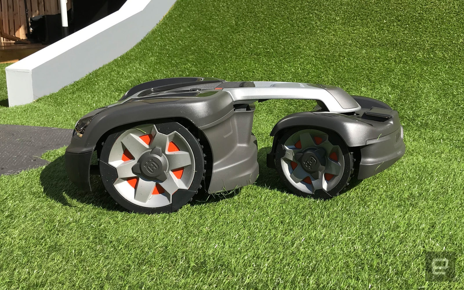 Hills can't stop this all-wheel-drive robot lawn mower   DeviceDaily.com