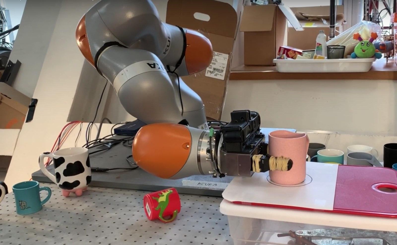 Robot brain teaches machines to pick up objects they haven't seen before | DeviceDaily.com