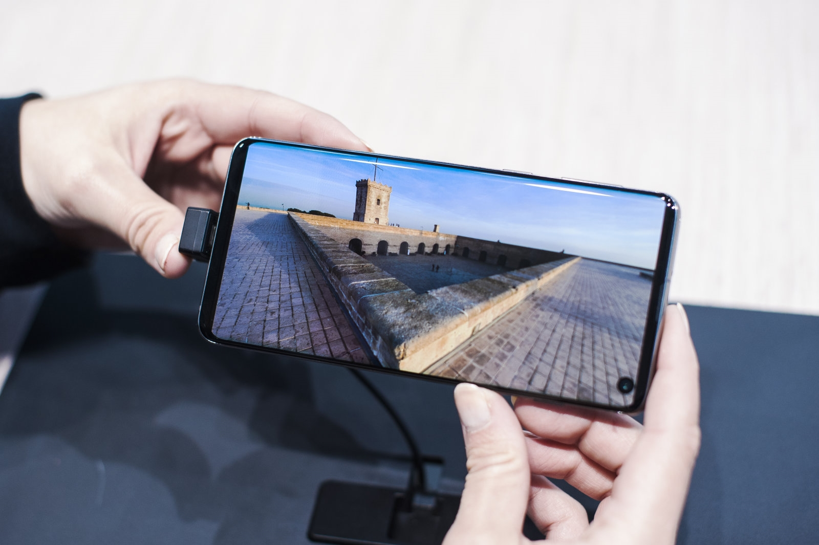 Samsung imagines full-screen phone with a camera hidden under the display | DeviceDaily.com