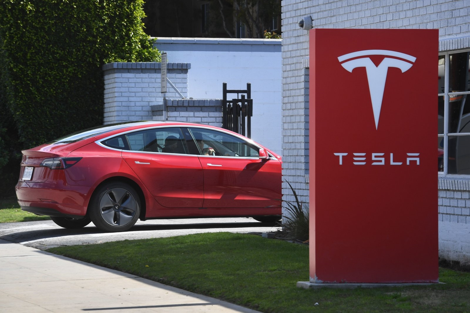 Tesla extends delivery times for base Model 3 by one month | DeviceDaily.com