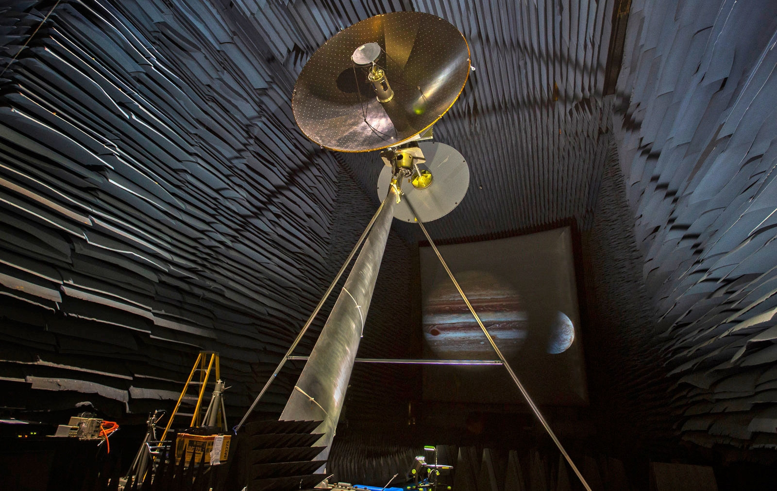 NASA is testing Jupiter moon probe's data-beaming antenna | DeviceDaily.com