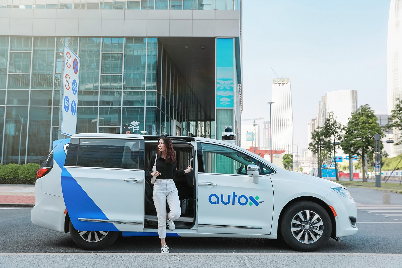 China's first fully driverless robotaxis hit the streets of Shenzhen | DeviceDaily.com