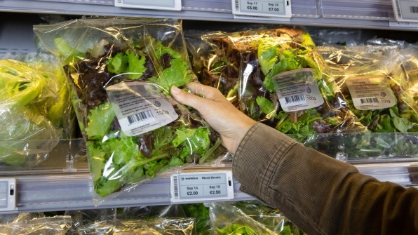 These electronic price tags lower the cost of groceries as they get older | DeviceDaily.com