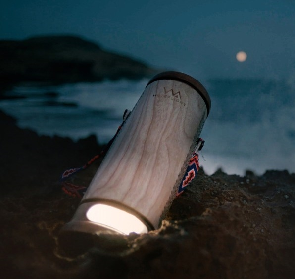 This lantern only needs sea water to charge | DeviceDaily.com